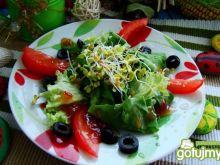 Sałata  z kiełkami i czarnymi oliwkami
