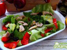 Sałata z kurczakiem i oliwkami
