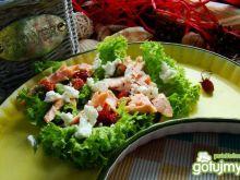 Sałata  z łososiem i poziomkami