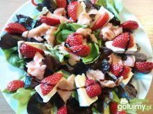 Sałata z łososiem i truskawkami