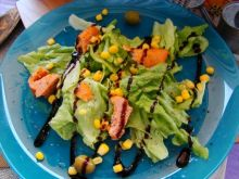 Sałata z łososiem , oliwkami i kukurydzą