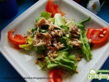 Sałata z makrela i orzeszkami piniowymi