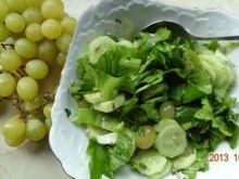 Sałata z ogórkiem i winogronem