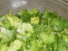 Sałata z ogórkiem w sosie ziołowym