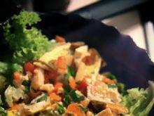 Sałata z omletem i warzywami