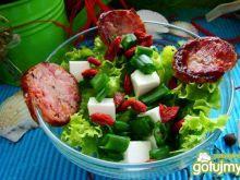 Sałata z owocami goji i kiełbasą