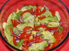 Sałata z papryką i czerwoną cebulą