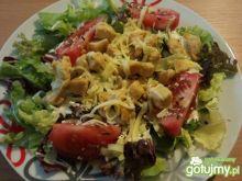 Sałata z pomidorami, porem i kurczakiem