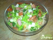 Sałata z pomidorem i serem camembert.