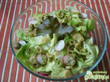 Sałata z rzodkiewką i oliwkami