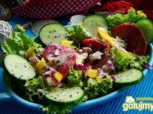 Sałata z salami i sosem winegret