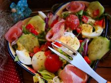 Sałata z szynką parmeńską i sosem jajecznym