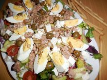Sałata z tuńczykiem z  sosem winnym
