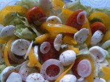Sałata z warzywami i mozzarellą