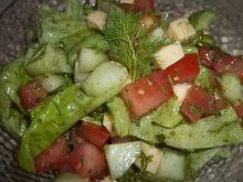 Sałata z warzywami i żółtym serem