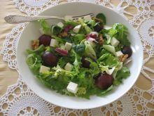 Sałata z winogronem i orzechami włoskimi