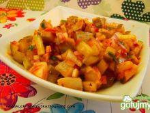 Sałatak śledziowo-ogórkowa z sosem