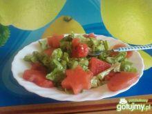 Sałatka arbuzowa z sosem cynamonowym.