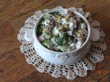 Sałatka brokułowa z fetą, szynką i kukurydzą