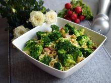 Sałatka brokułowa z makaronem orzo i oliwkami