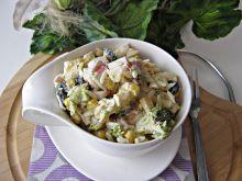 Sałatka brokułowa z paluszkami krabowymi