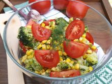 Sałatka brokułowa z pomidorami i kukurydzą