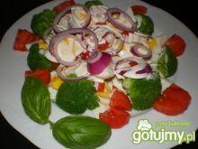 Sałatka brokułowa z pomidorem i fetą