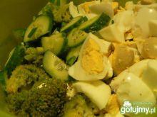 Sałatka brokułowa z serem feta i jajkiem