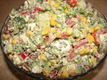 Sałatka brokułowa z serem feta i pomidorami