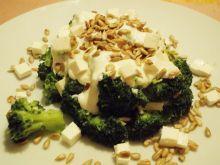 Sałatka brokułowa z serem feta i słonecznikiem