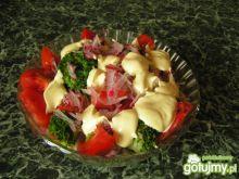 Sałatka brokułowa z sosem szparagowym