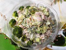 Sałatka brokułowa z szynką i pestkami słonecznika