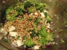 Sałatka brokułowa z ziarnem dyni i czerwoną cebulą