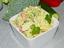 Sałatka brokułowa ze świeżymi warzywami