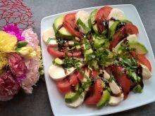 Sałatka caprese z awokado i ogórkiem