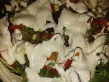 Sałatka do obiadu polana sosem czosnkowym