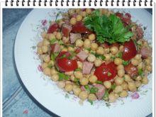 Sałatka Eli z ciecierzycy z pomidorkami i kiełbasą