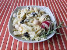 Sałatka fasolowa z serem i śliwkami