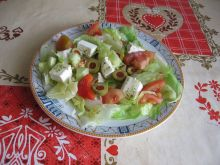 Sałatka grecka na sałacie lodowej