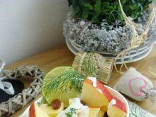 Sałatka jabłkowo-serowa z rodzynkami
