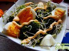 Sałatka jajeczna z brokułem i sosem