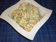 Sałatka jarzynowa z brokułami i wędzonym kurczakie