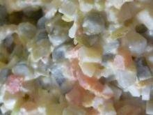 Sałatka jarzynowa z żółtym serem