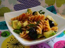 Sałatka makaronowa z awokado i oliwkami