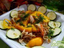 Sałatka makaronowa z cukinią i papryką