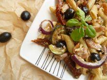 Sałatka makaronowa z cukinią mozzarellą i oliwkami