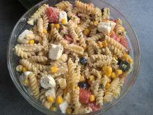 Sałatka makaronowa z fetą, pomidorami i oliwkami
