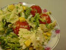 Sałatka makaronowa z łososiem i pomidorkami