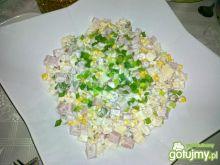 Sałatka makaronowa z oliwkami z papryką