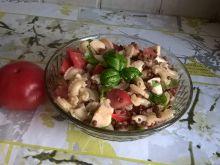 Sałatka makaronowa z pomidorem i mozzarellą